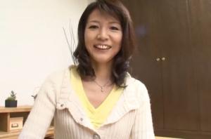 【五十路無料動画】芸能人なみに綺麗な五十路人妻が純白の下着姿を披露