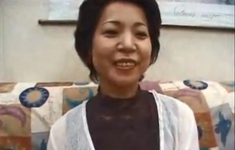【50歳熟女無料エロ動画】五十路の熟女の寝取られH無料動画。笑顔が素敵な貧乳五十路熟女が寝取られる
