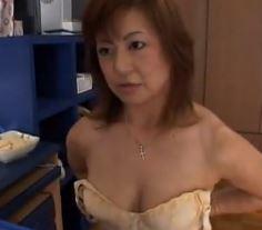 (ヒトヅマムービー)50代の熟母☆満たされない美美巨乳ヒトヅマがムスコのオチンチンで欲望を満たす