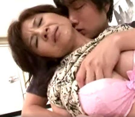 (ヒトヅマムービー)(50代の欲望)母息がスワッピング?歪んだ性欲が起こした危険なカンケイ