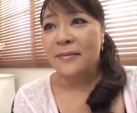【人妻動画】(50代の性欲)ぽちゃカワ人妻が若者の元気棒に欲情してフェラチオチオww