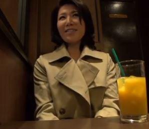 【人妻動画】(40代の性欲)ダンナの前では純粋なヒトヅマがすけべな本性を我慢できず他人棒に萌える