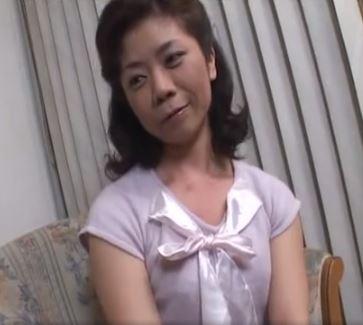 【人妻動画】(初脱ぎ人妻)純粋な見た目のシロウト主婦が男優のテクにイキっぱなし