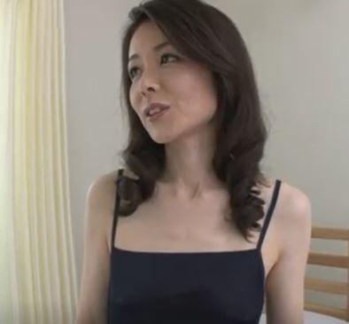【人妻動画】(初撮り40代)亭主と別居生活で欲求不満のモデル妻が他人棒に悶える