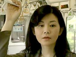 【熟女】熟女の動画。電車でいつも目が合う男の股間が気になる熟女