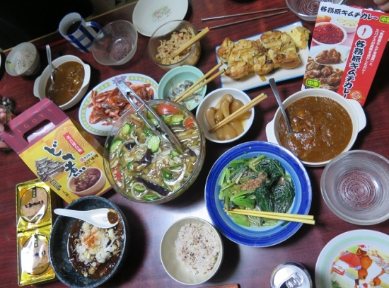 キムチカレーとどて煮とゆかりのある食卓