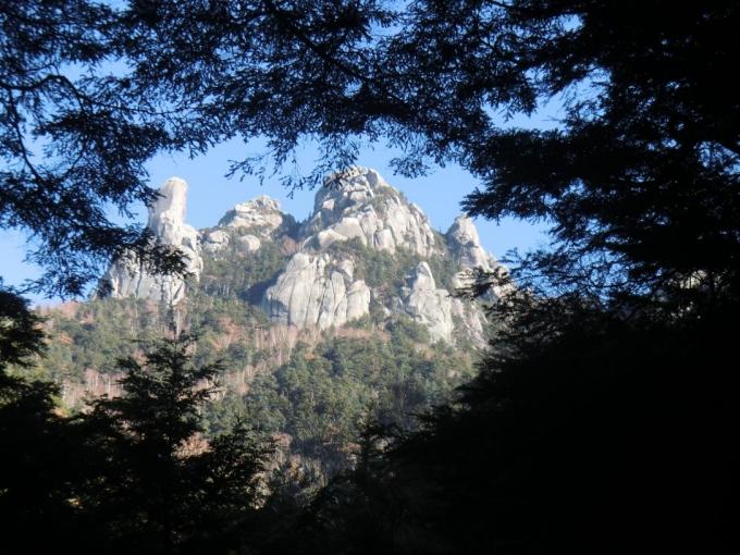 樹間から瑞牆山