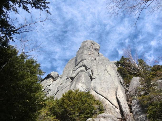 大ヤスリ岩の下