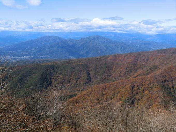 右子持山、左小野子山、後方は雪雲?