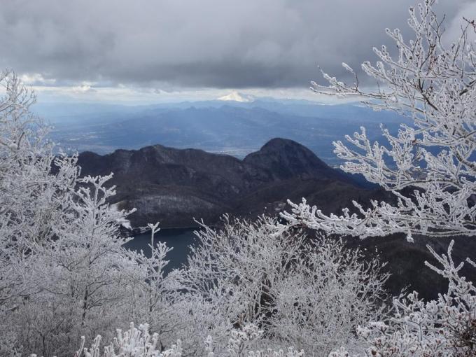 鈴が岳と後方に浅間山