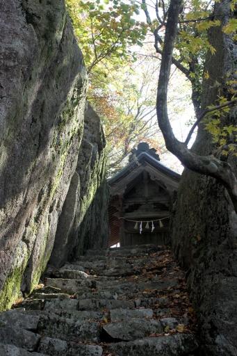琴弾山神社参道と本殿