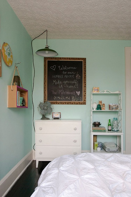 A-simple-chalk-board-with-message-can-make-a-big-impact-in-the-inviting-bedroom.jpg