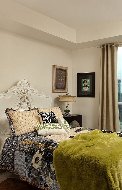 Cool-chalkboard-addition-in-the-bedroom-blends-in-with-the-wall-art.jpg