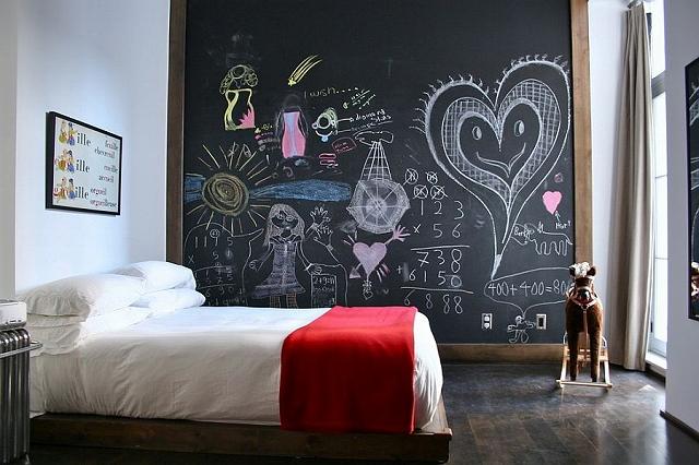 Fun-chalkboard-wall-for-the-small-kids-bedroom.jpg