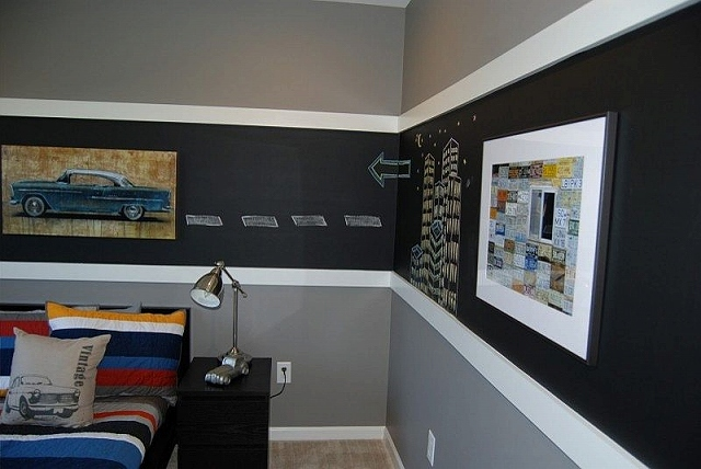 White-trims-flank-the-chalkboard-section-in-the-boys-bedroom.jpg