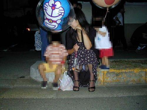 無防備な子連れママさんの座りパンチラを街撮りしたエロ画像 32枚 No.1
