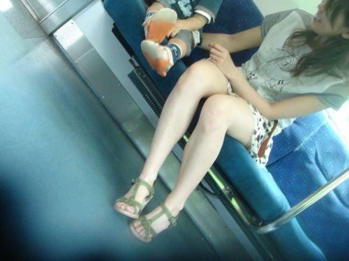 無防備な子連れママさんの座りパンチラを街撮りしたエロ画像 32枚 No.4