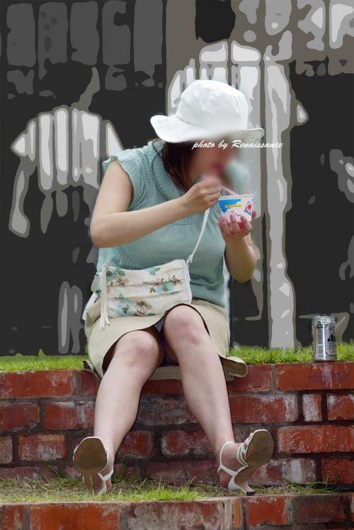無防備な子連れママさんの座りパンチラを街撮りしたエロ画像 32枚 No.5