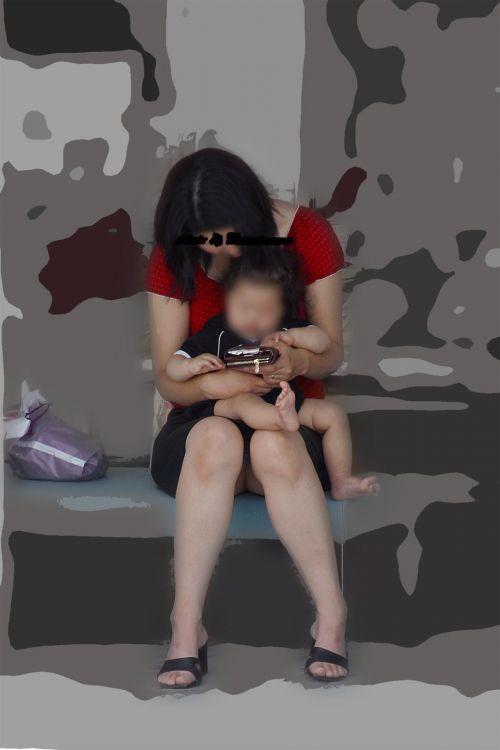無防備な子連れママさんの座りパンチラを街撮りしたエロ画像 32枚 No.6