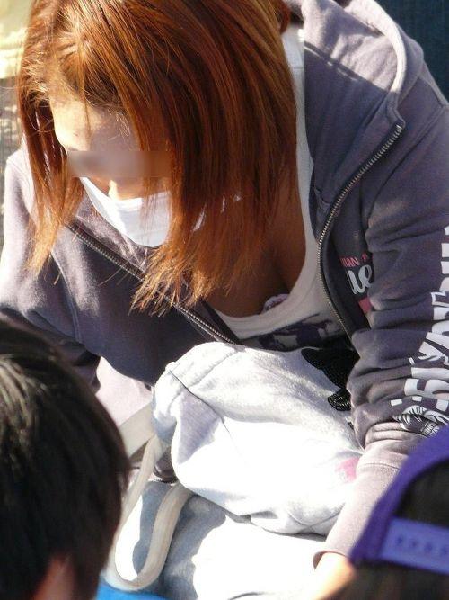 無防備な子連れママさんの座りパンチラを街撮りしたエロ画像 32枚 No.8
