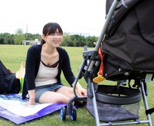 無防備な子連れママさんの座りパンチラを街撮りしたエロ画像 32枚 No.9