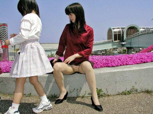 無防備な子連れママさんの座りパンチラを街撮りしたエロ画像 32枚 No.10