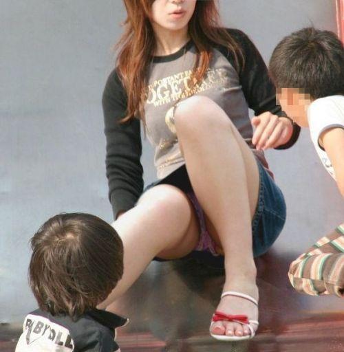 無防備な子連れママさんの座りパンチラを街撮りしたエロ画像 32枚 No.11