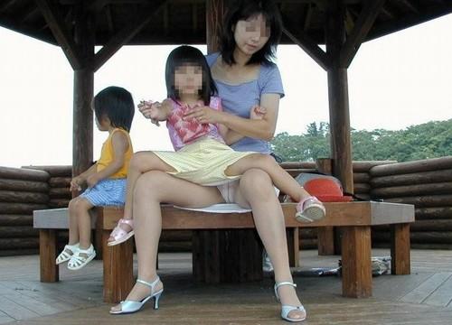 無防備な子連れママさんの座りパンチラを街撮りしたエロ画像 32枚 No.12