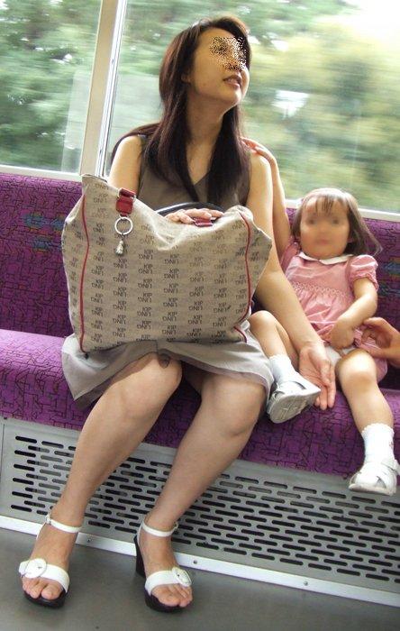 無防備な子連れママさんの座りパンチラを街撮りしたエロ画像 32枚 No.15