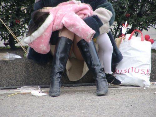 無防備な子連れママさんの座りパンチラを街撮りしたエロ画像 32枚 No.16
