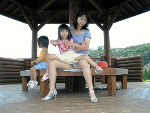 無防備な子連れママさんの座りパンチラを街撮りしたエロ画像 32枚 No.18
