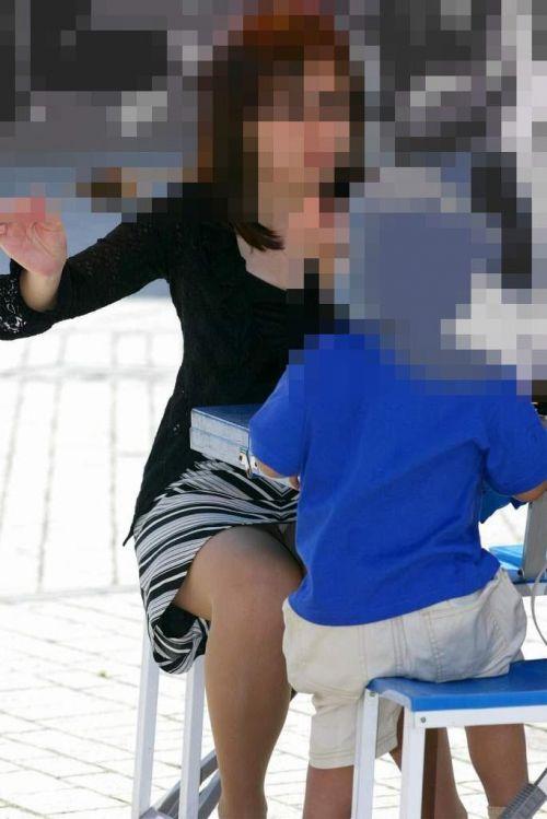 無防備な子連れママさんの座りパンチラを街撮りしたエロ画像 32枚 No.23