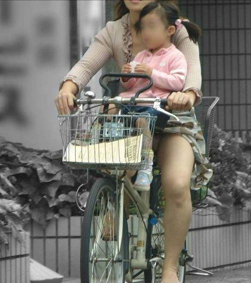 無防備な子連れママさんの座りパンチラを街撮りしたエロ画像 32枚 No.25