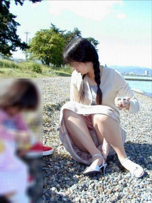 無防備な子連れママさんの座りパンチラを街撮りしたエロ画像 32枚 No.27