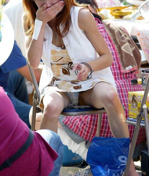 無防備な子連れママさんの座りパンチラを街撮りしたエロ画像 32枚 No.30