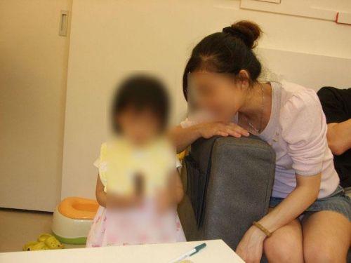 無防備な子連れママさんの座りパンチラを街撮りしたエロ画像 32枚 No.32