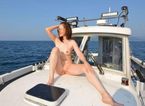 野外で全裸な露出狂女性がM字開脚で股間パッカーンなエロ画像 35枚 No.21