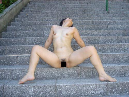 野外で全裸な露出狂女性がM字開脚で股間パッカーンなエロ画像 35枚 No.23