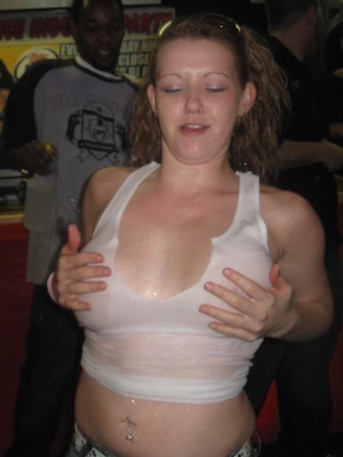 びしょ濡れの外国人たちの乳首や乳輪が透けちゃってるエロ画像 32枚 No.4