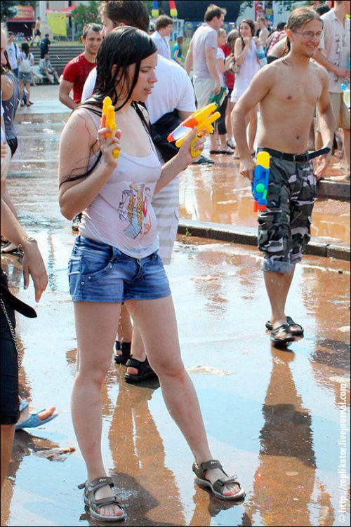 びしょ濡れの外国人たちの乳首や乳輪が透けちゃってるエロ画像 32枚 No.24