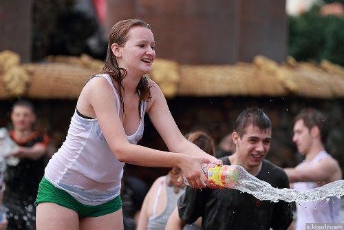びしょ濡れの外国人たちの乳首や乳輪が透けちゃってるエロ画像 32枚 No.32