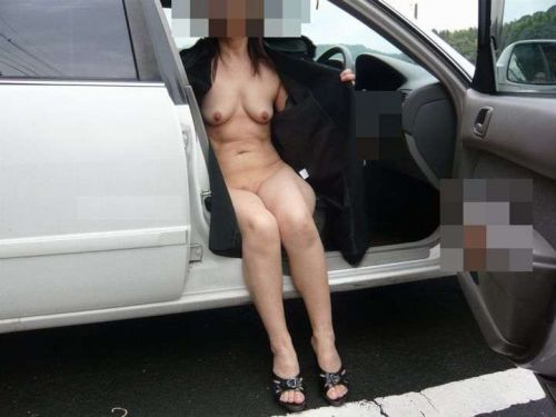【画像】車内で全裸でプチ野外露出を楽しむ露出狂予備軍な素人女性達 34枚 No.14
