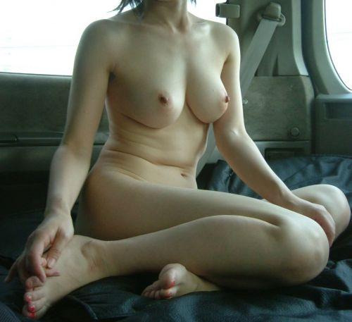 【画像】車内で全裸でプチ野外露出を楽しむ露出狂予備軍な素人女性達 34枚 No.16