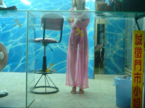 【画像】台湾ビンロウ売り女性の衣装が過激すぎてマンコ丸見えwww 31枚 No.9