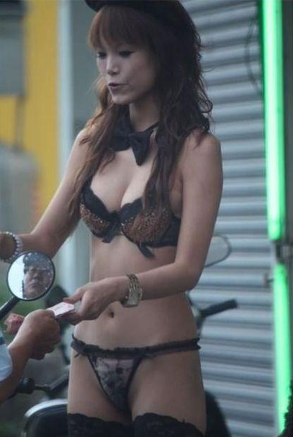 【画像】台湾ビンロウ売り女性の衣装が過激すぎてマンコ丸見えwww 31枚 No.28
