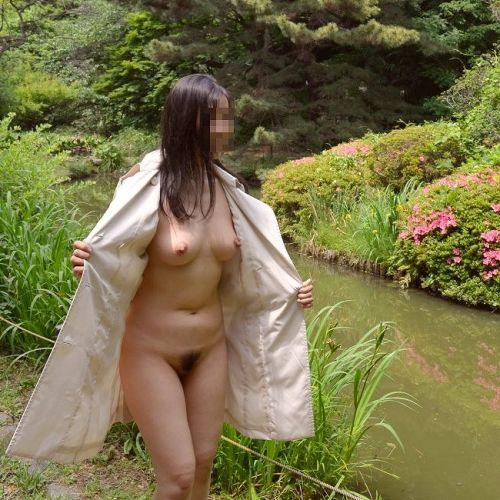 大自然の中で全裸になっちゃう露出狂美女達のヌードエロ画像 35枚 No.2