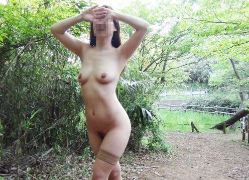 大自然の中で全裸になっちゃう露出狂美女達のヌードエロ画像 35枚 No.9