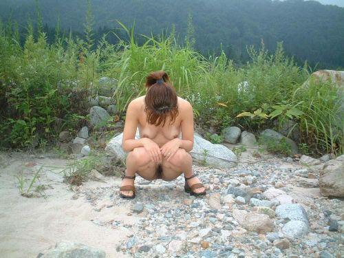 大自然の中で全裸になっちゃう露出狂美女達のヌードエロ画像 35枚 No.24