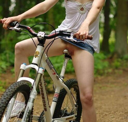 サドルオナニーと野外露出の奇跡のコラボ!自転車ノーパンエロ画像 32枚 No.14