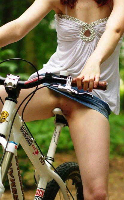 サドルオナニーと野外露出の奇跡のコラボ!自転車ノーパンエロ画像 32枚 No.18